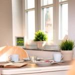 Genießen Sie die Ruhe und Annehmlichkeit in der Wohnung bei Kaffee und Kuchen.