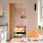 Für eine entspannte Nachtruhe befindet sich das Schlafzimmer in einem separaten Zimmer .